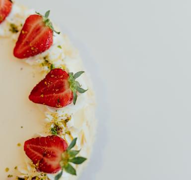 Бадемова торта с ягоди